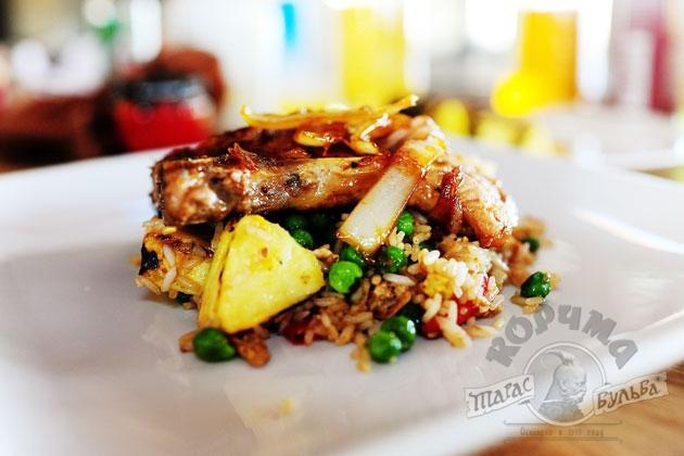 Рис с мясом и ананасом