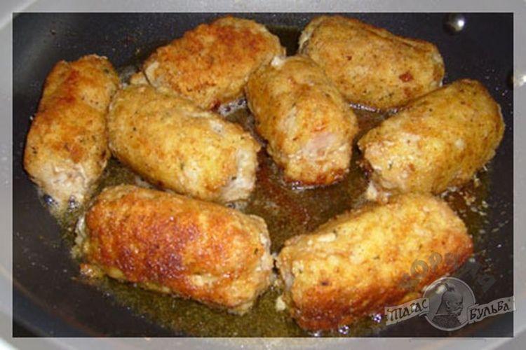 Курица в яйце и муке на сковороде