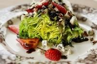 Салат на гриле с клубникой