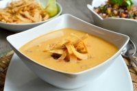 Куриный суп с тортильей и сальсой
