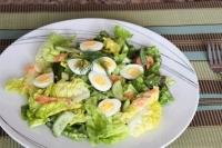 Салат с лососем и перепелиными яйцами