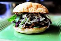 Бутерброд с мясом и кинзой