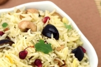 Пряный рис с фруктами и орешками (Пулао)