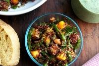 Салат из лебеды с манго, горохом и лаймом